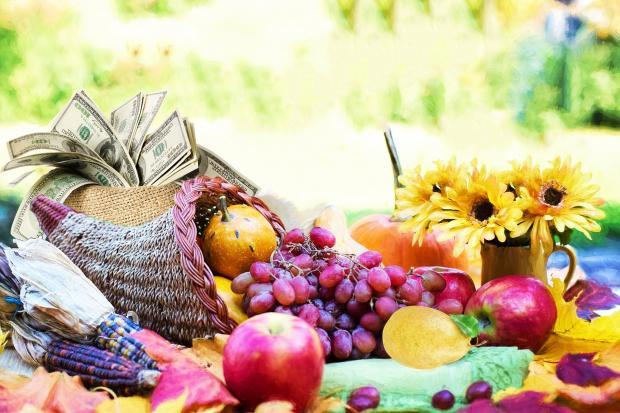 рог изобилия с фруктами, овощами и деньгами