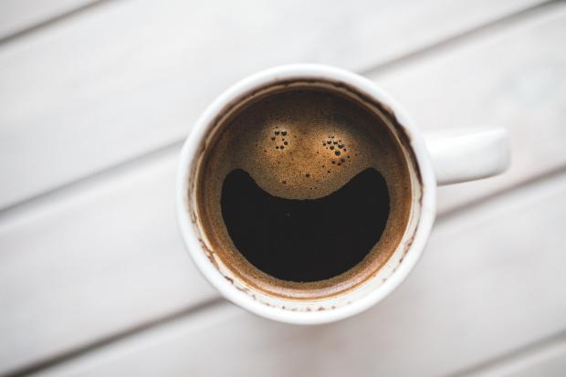 кофе с пенкой в белой чашке