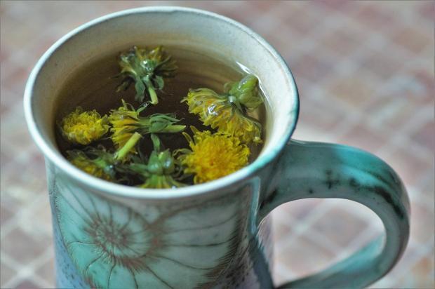 чай из одуванчиков в чашке