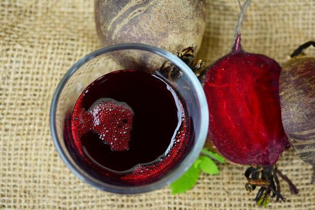 свекольный сок в стакане и кусочек чвеклы