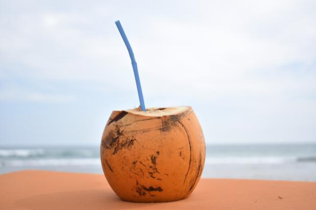 расколотый кокос с трубочкой