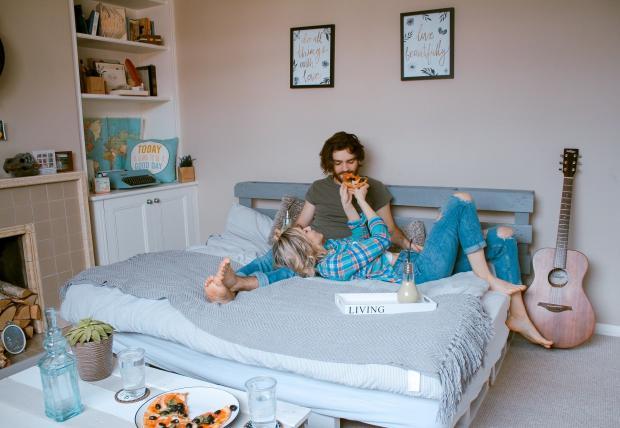 парень и девушка едят в постели