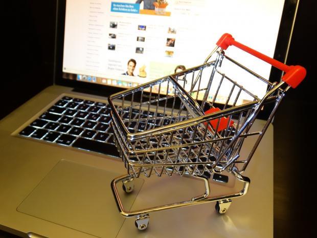 маленькая корзина для покупок на клавиатуре ноутбука