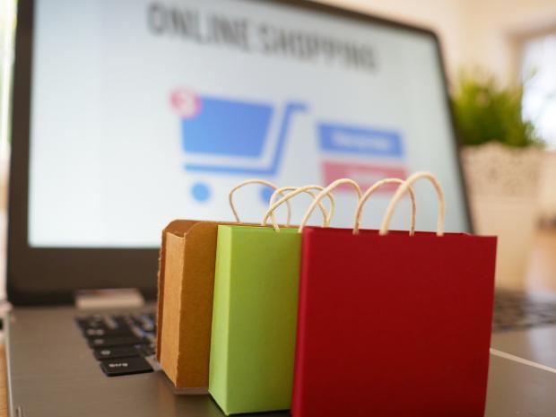 пакетики с покупками стоят на клавиатуре ноутбука