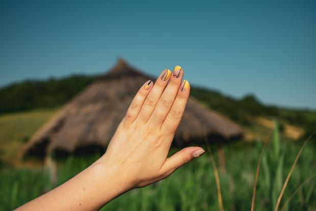 Женская рук с маникюром