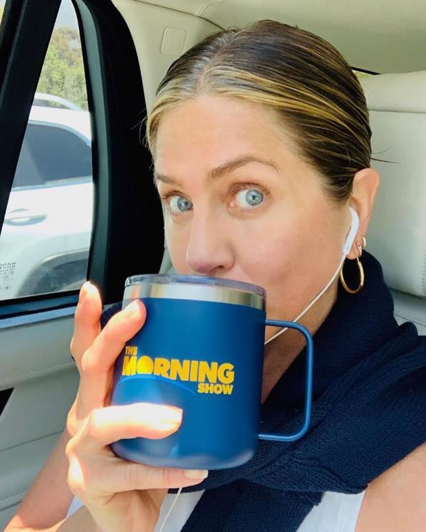 Дженнифер Энистон с чашкой