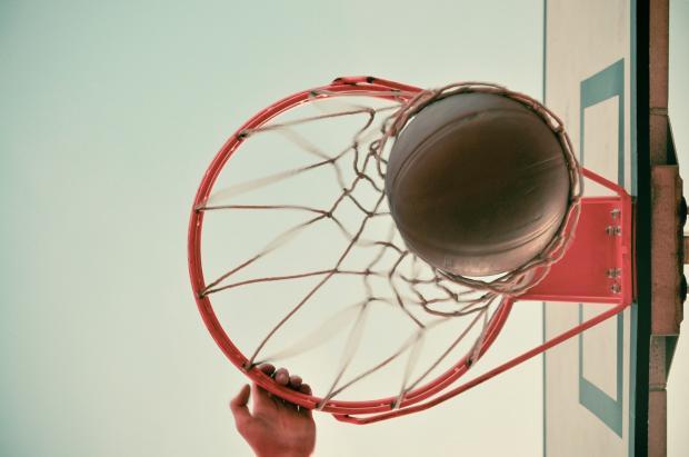 мяч в баскетбольном кольце