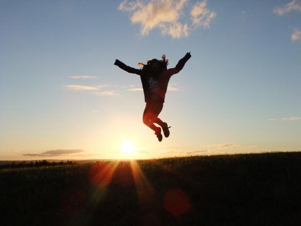 девочка в прыжке