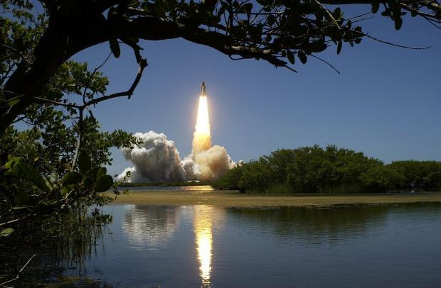 река, лес, запуск ракеты вдалеке