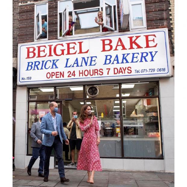 Кейт Миддлтон и принц Уильям у входа в пекарню