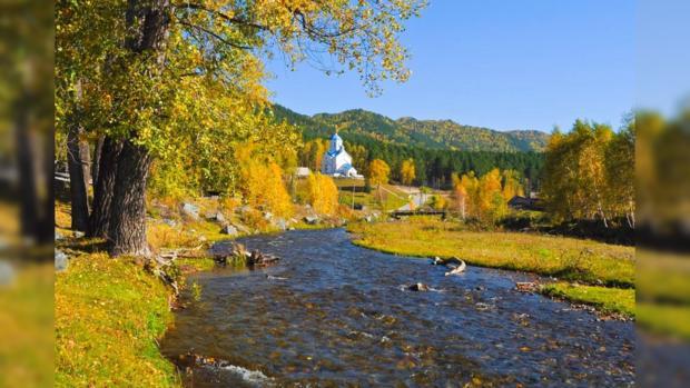 православный храм у реки в сентябре