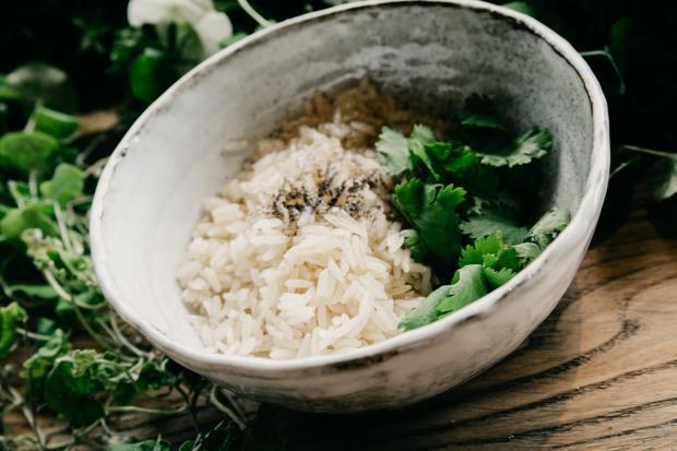 Рис с зеленью в глубокой миске