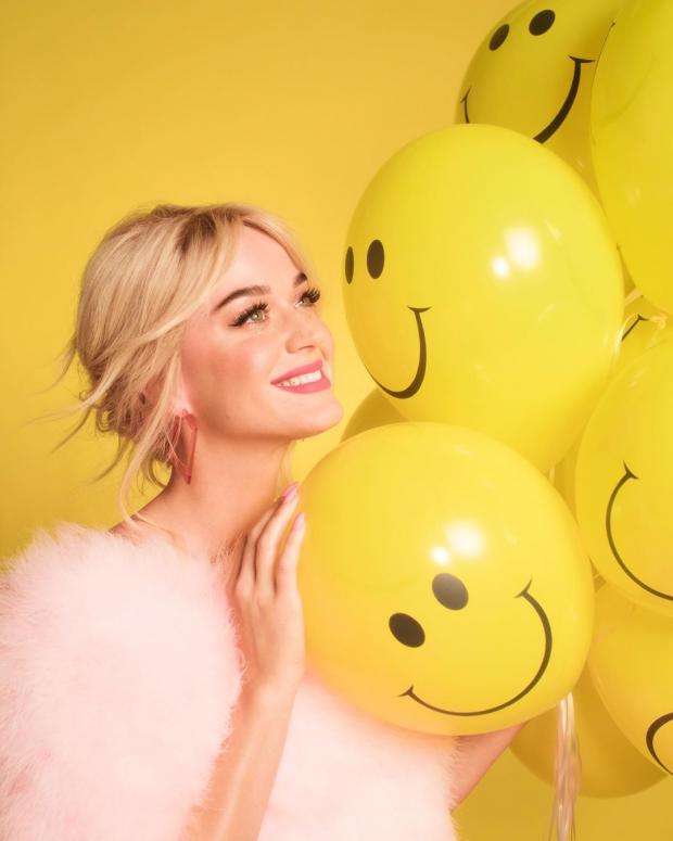 Кэти Перри с желтыми воздушными шарами