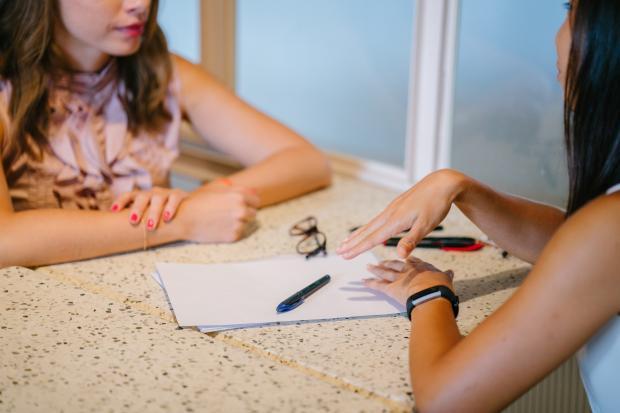 девушки разговаривают за столом