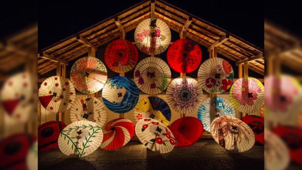 много ярких разноцветных японских зонтиков