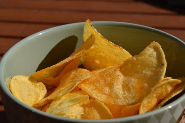картофельные чипсы на тарелке
