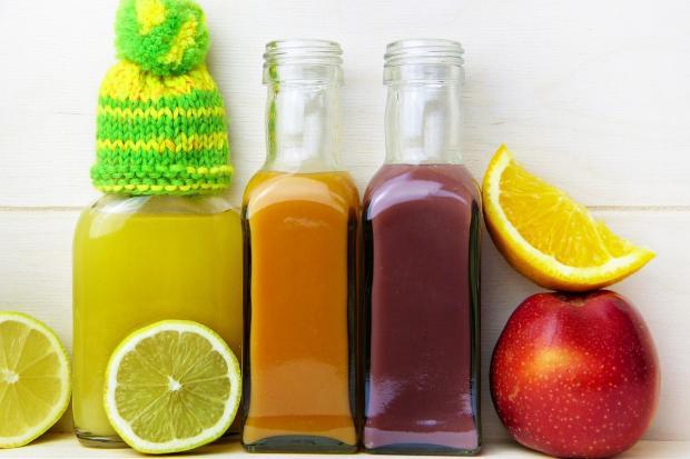 разноцветные соки в высоких бутылках