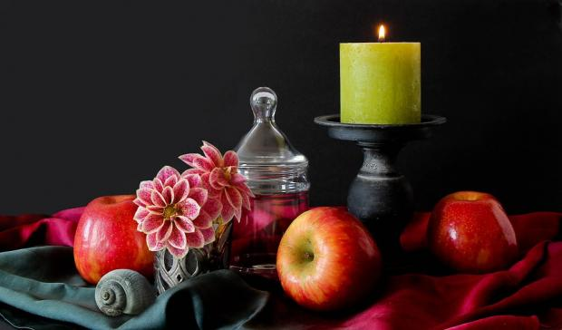 натюрморт с желтой свечой и яблоками с цветами
