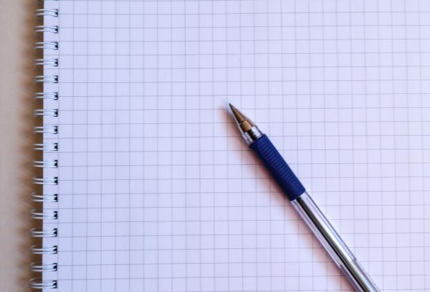 открытый блокнот и шариковая ручка
