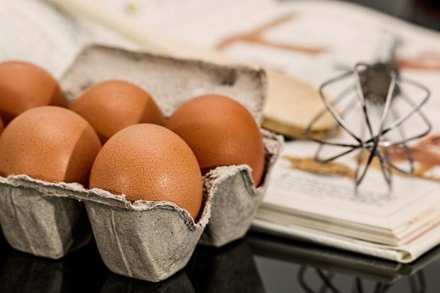 куриные яйца, венчик для взбивания