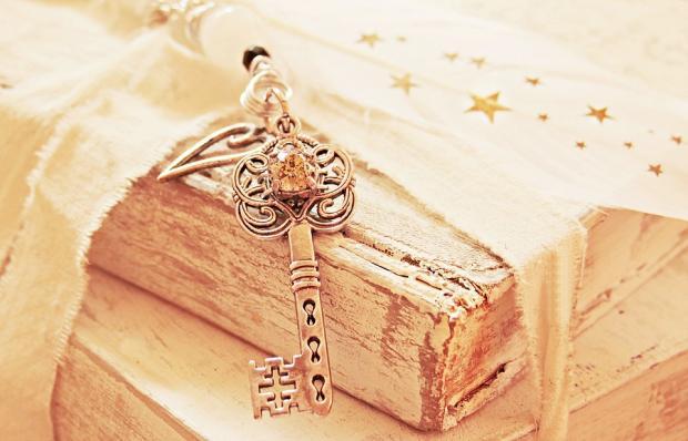красивый резной ключ от сундука с сокровищами