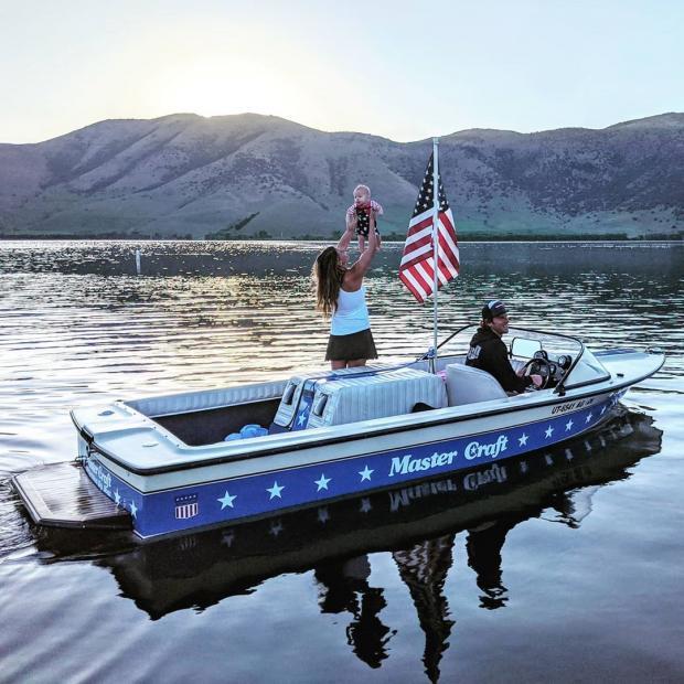 Семья на лодке посреди озера