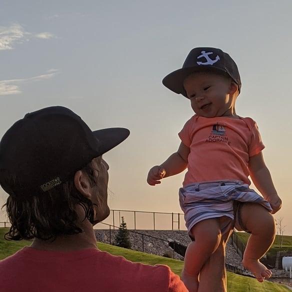 Маленький мальчик на руке папы