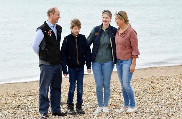 Принц Эдвард с семьей собирают мусор на пляже