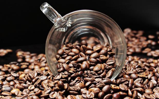 зерна кофе, стеклянная чашка