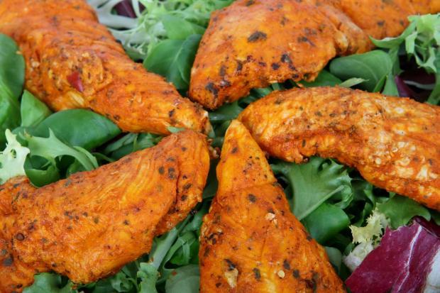 стейки из курятины на листьях салата