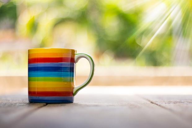 разноцветная кружа полосками стоит на столе под лучами солнца