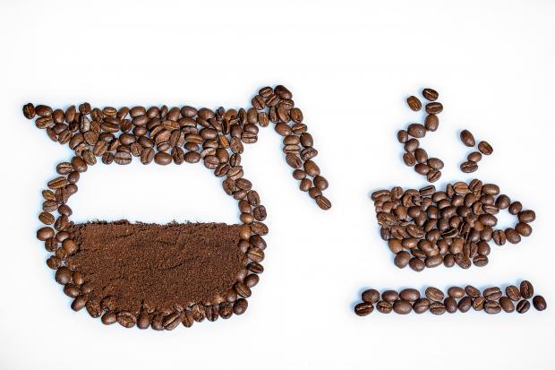 кофейник и чашка выложены из кофейных зерен