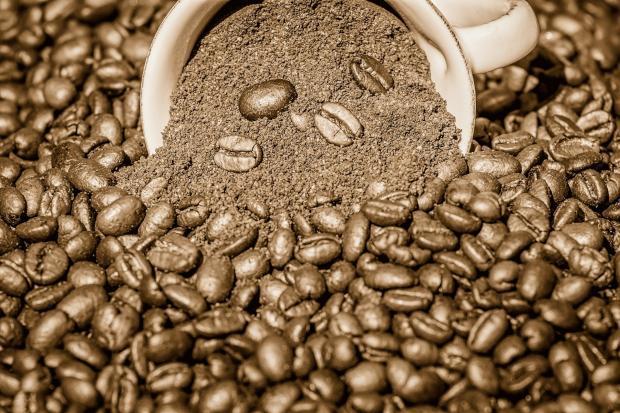 кофе молотый и в зернах сыпется из чашки