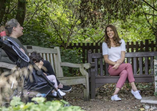 Кейт Миддлтон в белой футболке и розовых брюках в парке