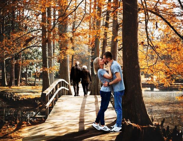 прогулки на свежем воздухе парами осенью