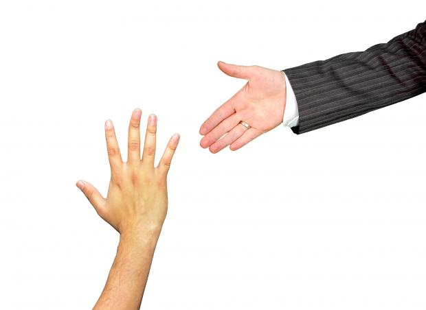 две тянущиеся друг к другу руки