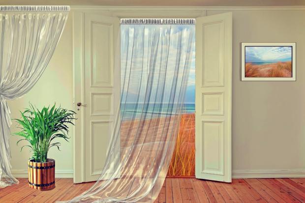 на распашных дверях висят прозрачные шторы