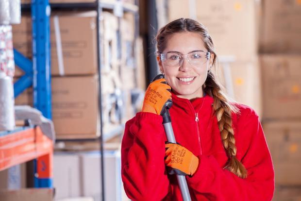 девушка в рабочей униформе в защитных очках