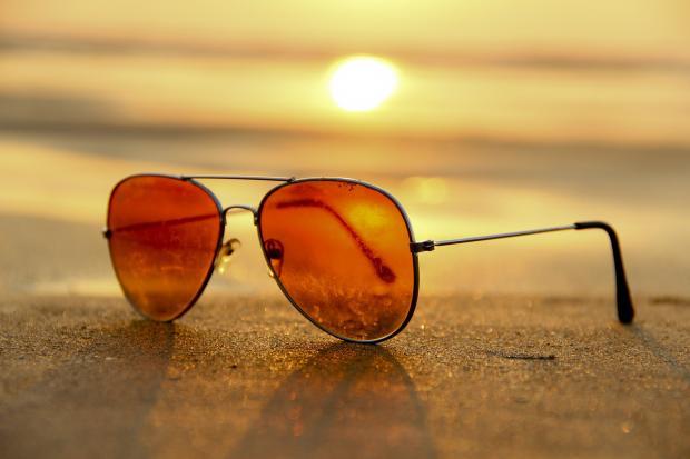 солнцезащитные очки лежат на песке
