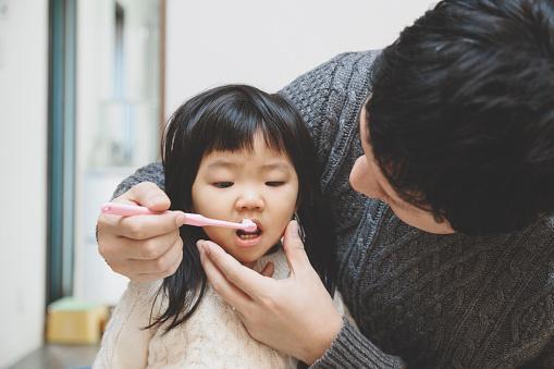 чистка зубов японского ребенка