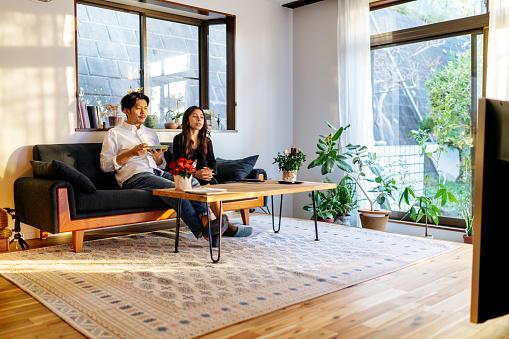 японская пара за просмотром телевизора