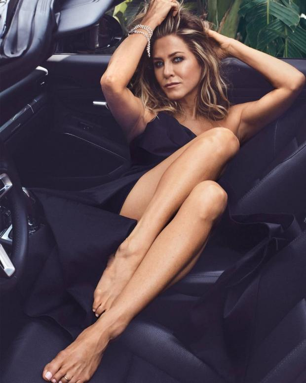шоу звезда Дженнифер Энистон в салоне автомобиля в черном платье