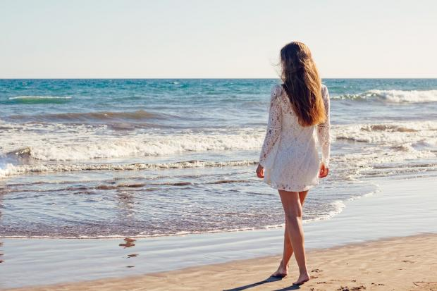 девушка стоит на берегу моря