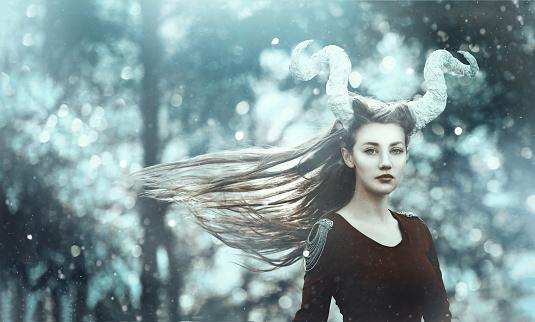 молодая женщины с изображением рогов Козерога