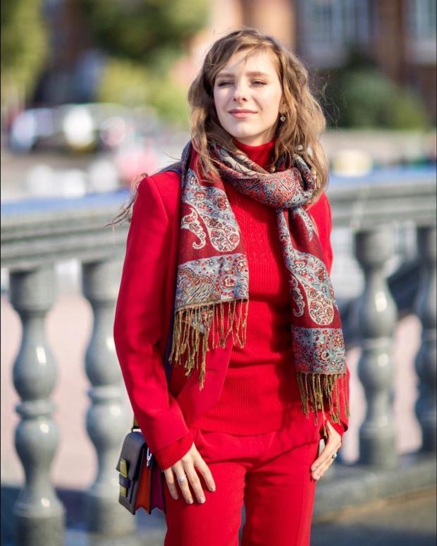 Лиза Арзамасова в красном костюме