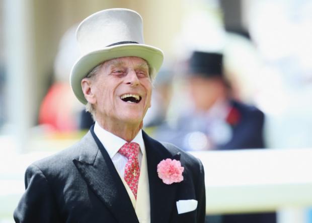 Принц Филипп смеется на официальном мероприятии