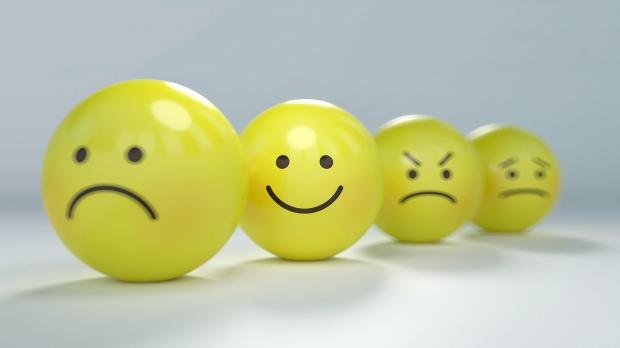желтые шары с нарисованными эмоциями