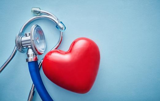 изображение красного сердца рядом со стетоскопом