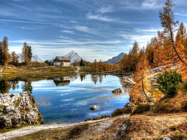 осенний пейзаж с домиком у озера