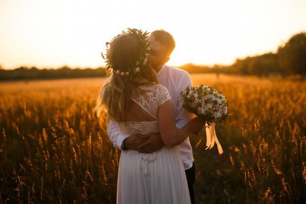 Жених и невеста на поле